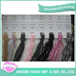 Tricotando manualmente o fio de lãs dos tapetes