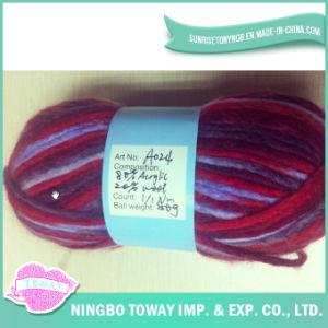 Ofício extravagante de grande resistência de lãs que tricota manualmente o fio