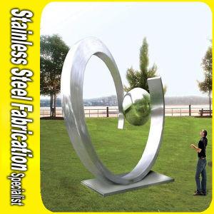 Sculpture moderne Polished bonne en métal dabrégé sur jardin d ...