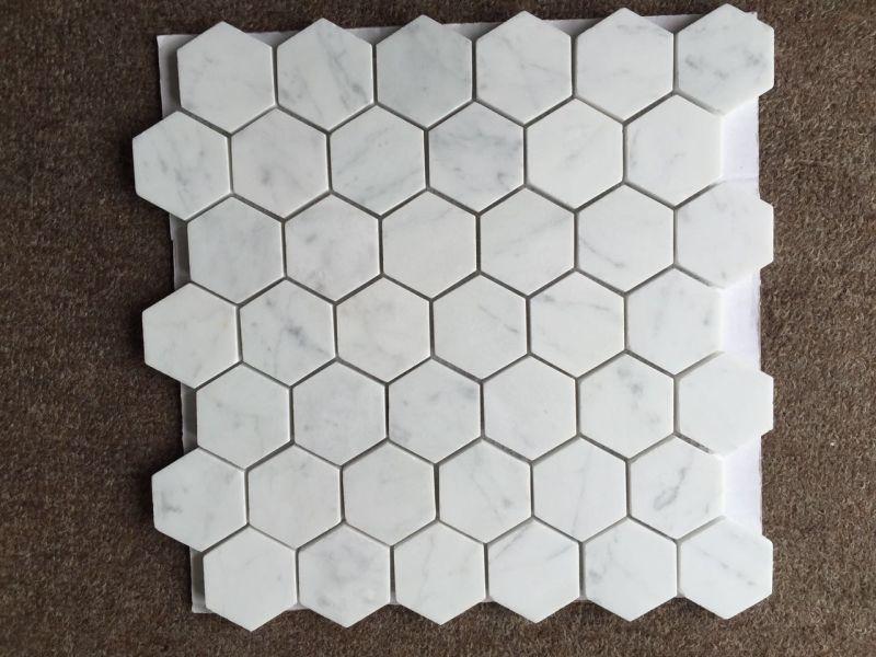 Tuile de marbre blanche de mosaïque hexagonale de marbre d'or de ...