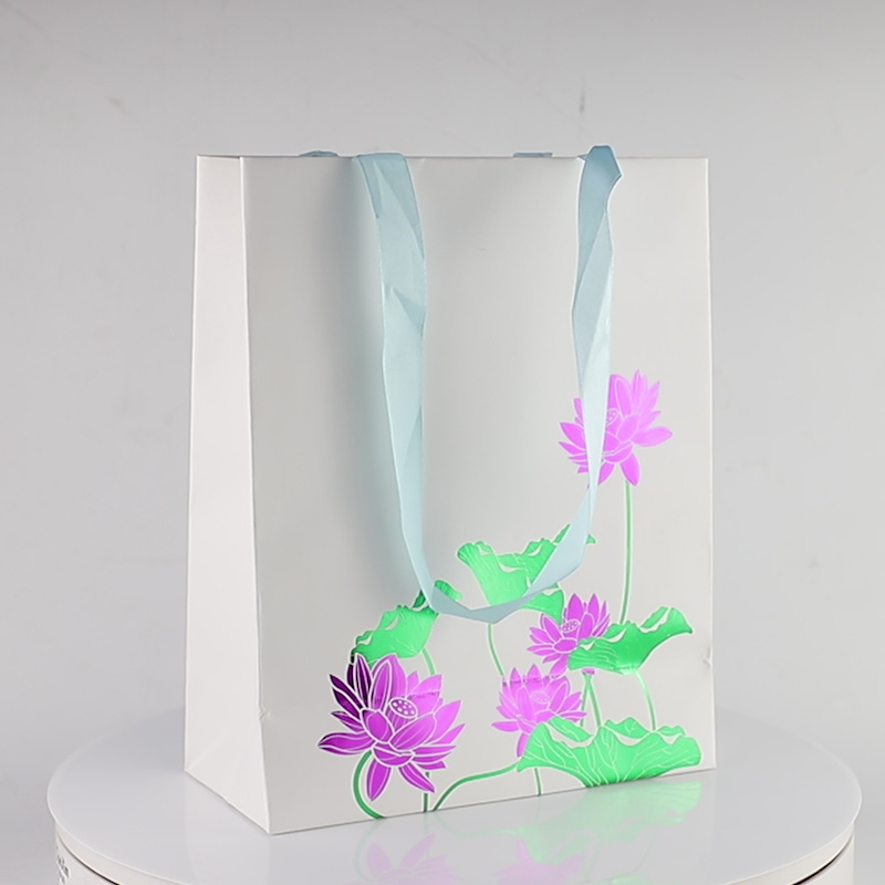 Bespoke Hot Stamping Punching Handle Gift Paper Bag, Fashion Craft Logo Printed Shopping / Carrier Foldable Packaging Bag, Luxury Recycled Gift Packing Bag pictures & photos