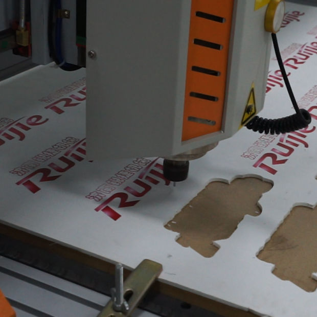 CCD Advertising CNC Router Rj-1325 for Engraving Wood pictures & photos
