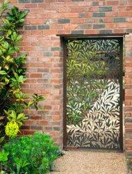 Cancello d'ingresso singolo in ferro battuto per un bellissimo giardino