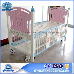 Het Handboek die van het ziekenhuis het Pediatrische Bed van de Baby van de Zuigeling Pasgeboren met Siderails verzorgen