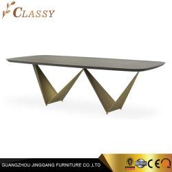 Ampla sala de jantar com mesa de jantar em madeira de carvalho topo e as pernas de aço de metal exclusivo moderno