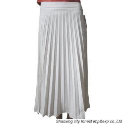 A cor branca com pregas saia das mulheres