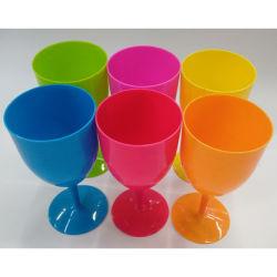 La copa de vino de plástico