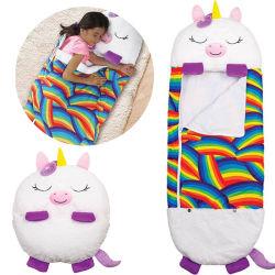 Un jouet en peluche heureux Nappers Arianna La Licorne oreiller et un sac de couchage Sac