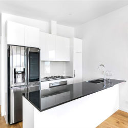 アパートメントのキッチンとバニティデザインの白いラッカーキッチンキャビネット