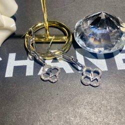 Cuelgan Aretes aretes de caída de 2021 Últimos diseños de flores de camelia Diamond el diseñador de moda de lujo en la famosa marca aretes de estilo clásico.