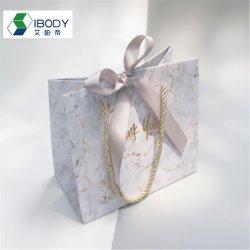 Commerce de gros prix bon marché Logo personnalisé Mini blanc petit luxe Paperbag Fancy faveur porte sac cadeau de mariage de papier avec les poignées de ruban