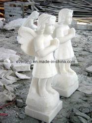 庭のために切り分けている手によって切り分けられる大理石の石造りの赤ん坊