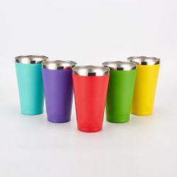 Aislados de acero inoxidable taza de café en el Revestimiento en polvo de color