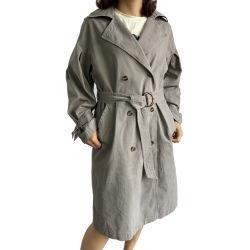 Длинный серый пиджак оснастили женщин с кожухом
