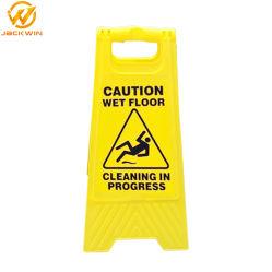 De plástico amarelo dobrável em frente e verso de uma forma cuidado piso molhado Assinar