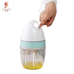 Batir la crema de pequeños del hogar y el huevo batir