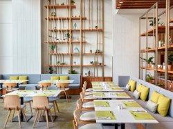 Кувейт отель в ресторане твердых верхней части таблицы с помощью мягкой ткани банкетный зал для отдыха Цвет сломанных деревянные стулья