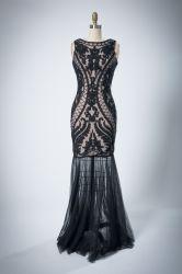 女性袖なしの背部深いVビードのイブニング・ドレス