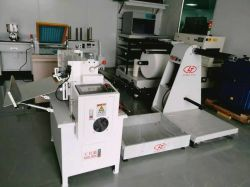 Автоматическая бумажная пленка вращающийся нож из рулона в мастерской