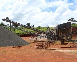 Steinzerquetschenpflanze und Sand, die Produktionszweig Maschinerie bildet