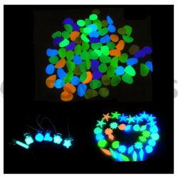 어두운 빛난 자갈 인공적인 돌 어항 수족관 아크릴 보도 정원 훈장 빛을내는 바위에 있는 높은 밝은 놀