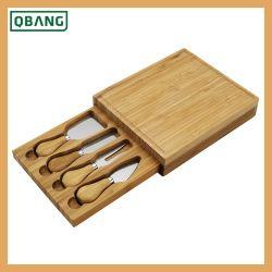 De Raad en het Mes van de Kaas van het bamboe in de Doos die van de Gift van Kraftpapier wordt geplaatst