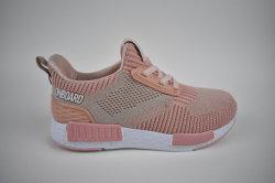 揺れるか、または動作する熱い販売の子供のスニーカーの偶然靴か歩くスポーツは通気性の靴の子供の靴に蹄鉄を打つ