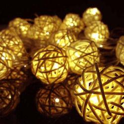 装飾的なハングの電池式の藤の綿球ストリングはクリスマスLEDの綿球ライトをつける