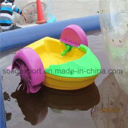 Пластиками левой лопатки проворачивания коленчатого вала двигателя на лодке на аттракционы парка водных ресурсов
