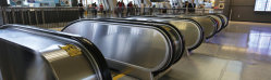 Passeggiata a traffico pubblico e scalatore per l'aeroporto