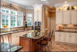 Novo e elegante em madeira maciça de armários de cozinha com equipamentos elétricos e puxe Cestas