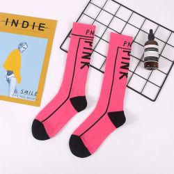 새로운 여자에 의하여 인쇄되는 양말 분홍색 편지 비문 검정 백색 면 재미있은 양말
