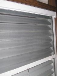 Fixer la buse en aluminium avec galet de l'écran de la fenêtre