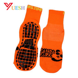 La fabbrica del Guangdong comercia i calzini all'ingrosso svegli del trampolino con la suola nera del PVC