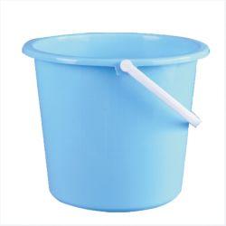 Famiglia che pulisce intorno alla benna di plastica dell'acqua con la maniglia