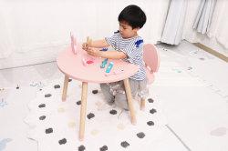 Le style nordique et de la Lune Étoile de la forme d'enfants en bois étude Table et chaise de meubles de la maternelle