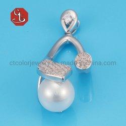 女性の白い真珠のペンダントのための925純銀製の宝石類セットはジルコンの銀製のペンダントを舗装する