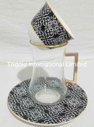 De met de hand gemaakte Turkse die Glazen en de Schotels van de Thee met de Arabische Reeks van de Koffie worden geplaatst Mirra
