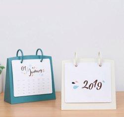 Il calendario di scrittorio di PS dei 2020 calendari con il rilievo di nota appiccicoso si leva in piedi in su i calendari diritti da tavolino della tenda del piano d'appoggio