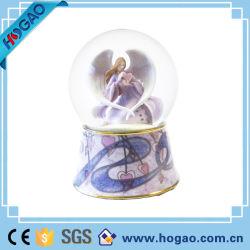 Angelo della decorazione di natale del globo della neve dell'acqua bello