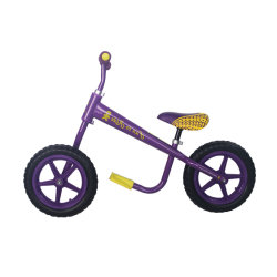 Crianças prées-escolar de alta qualidade que deslizam a bicicleta de equilíbrio que executam bicicleta de exercício