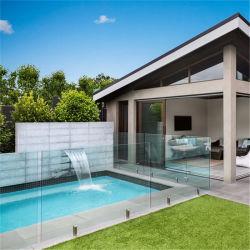 شرفة حديثة مع حوض سباحة من دون أكمام زجاجي بلا إطار من الفولاذ المقاوم للصدأ سور متعرج زجاجي