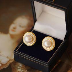 自然な淡水の真珠の耳はチャーミングなレトロボタンのイヤリングを散りばめる