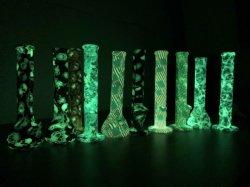 Incandescenza nei tubi di acqua scuri del silicone