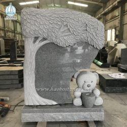 그레이그래나이트 톰스톤 트리에는 테디 베어 조각품 기념비가 새겨져 있습니다