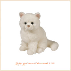 L'animale farcito del piccolo gatto bello del gattino gioca i giocattoli molli
