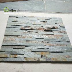 緑の錆ついた壁の装飾のためのスレートによってスタックされる石