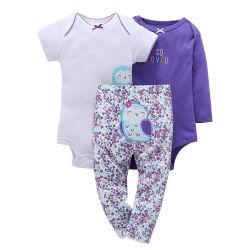 赤ん坊の三つ揃いのスーツの綿のロンパースのズボンはセットした