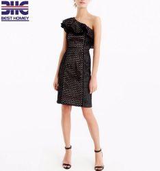 Usine OEM One-Shoulder Parti Femmes Vêtements femme robe de soirée dans l'oeillet Lady Mini robe dentelle hors de l'épaule Fashion Design