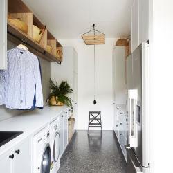 De eigentijdse Moderne Kabinetten van de Wasserij van de Lak van de Schudbeker Witte met het Meubilair van de Gootsteen en van de Tapkraan